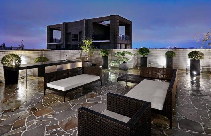 三本王府21+22樓:  露臺 by WID建築室內設計事務所 Architecture & Interior Design