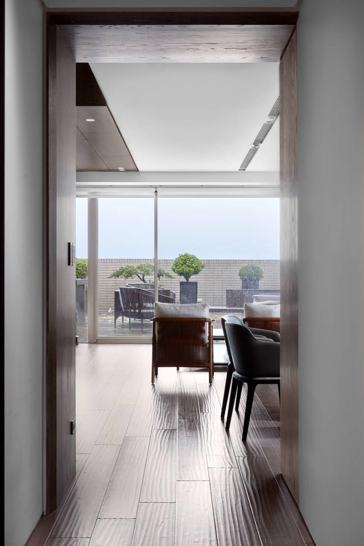 三本王府21+22樓:  走廊 & 玄關 by WID建築室內設計事務所 Architecture & Interior Design