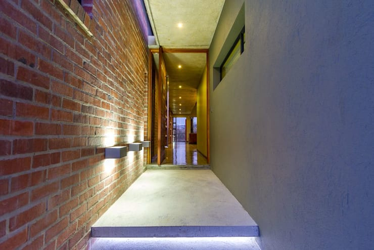 ENTRANCE:  Front doors by ENDesigns Architectural Studio, Modern Wood Wood effect