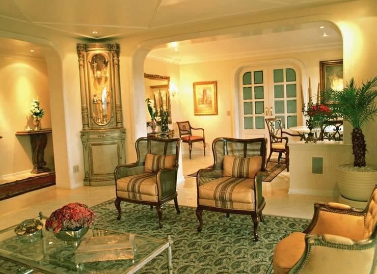 Sala Estar e chá: Salas de estar clássicas por ADO arquitetura
