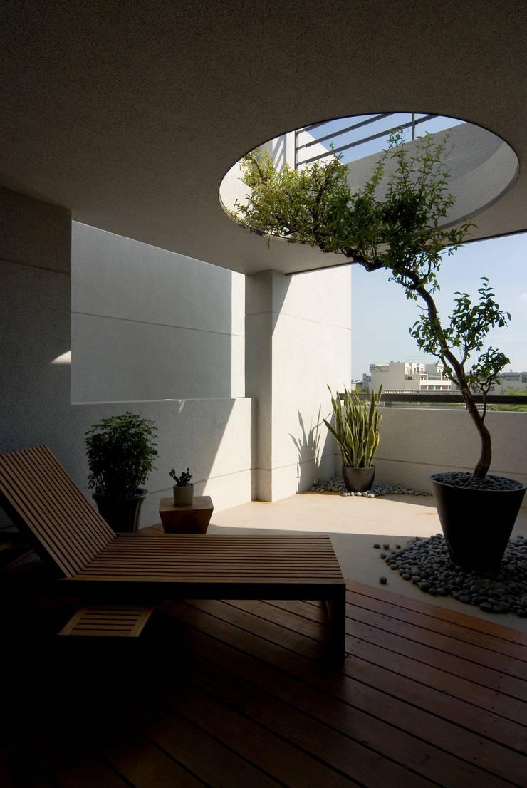 建築設計 台南 薩瓦原墅:  露臺 by 黃耀德建築師事務所  Adermark Design Studio