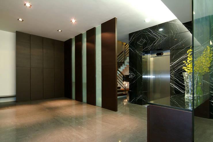 室內設計 東英 CY House:  走廊 & 玄關 by 黃耀德建築師事務所  Adermark Design Studio