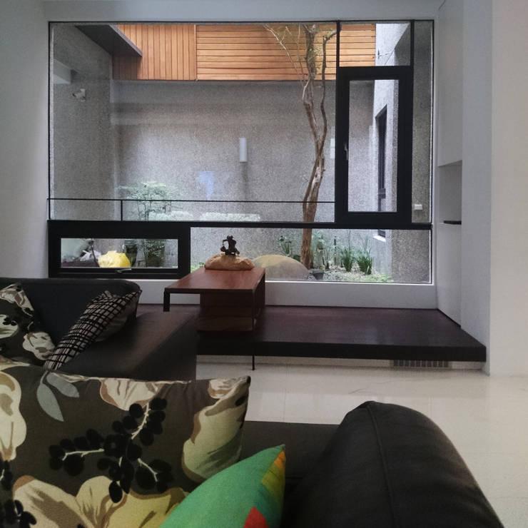 室內設計 五權 CD House:  客廳 by 黃耀德建築師事務所  Adermark Design Studio