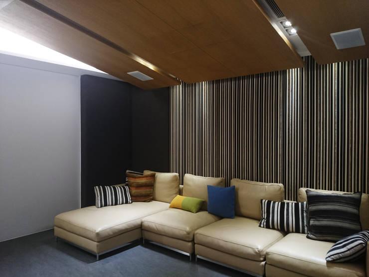 室內設計 五權 CD House:  視聽室 by 黃耀德建築師事務所  Adermark Design Studio
