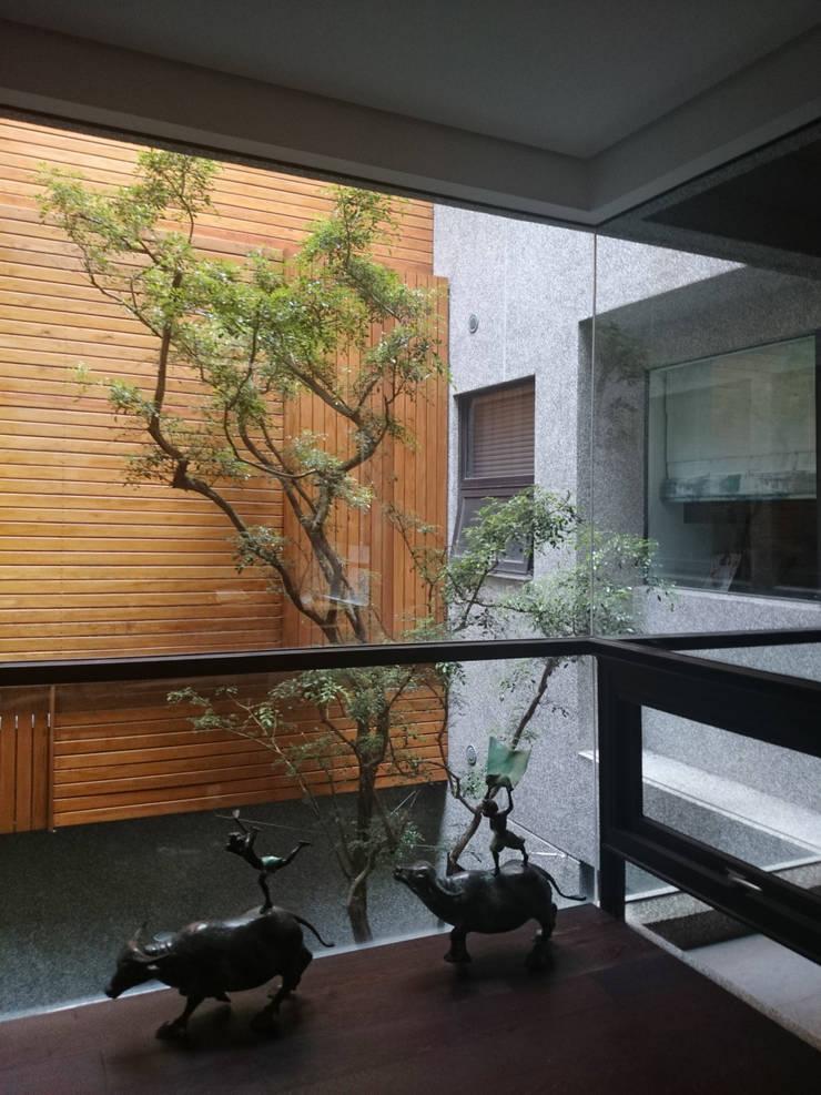 建築設計 五權 CD House:  庭院 by 黃耀德建築師事務所  Adermark Design Studio