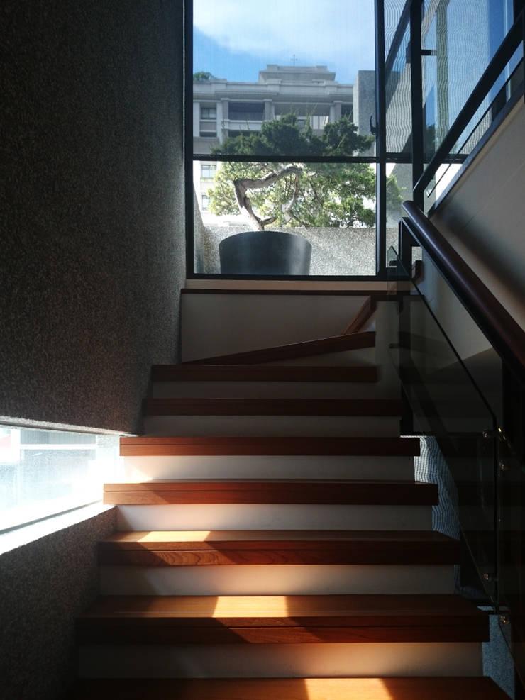 建築設計 五權 CD House:  樓梯 by 黃耀德建築師事務所  Adermark Design Studio