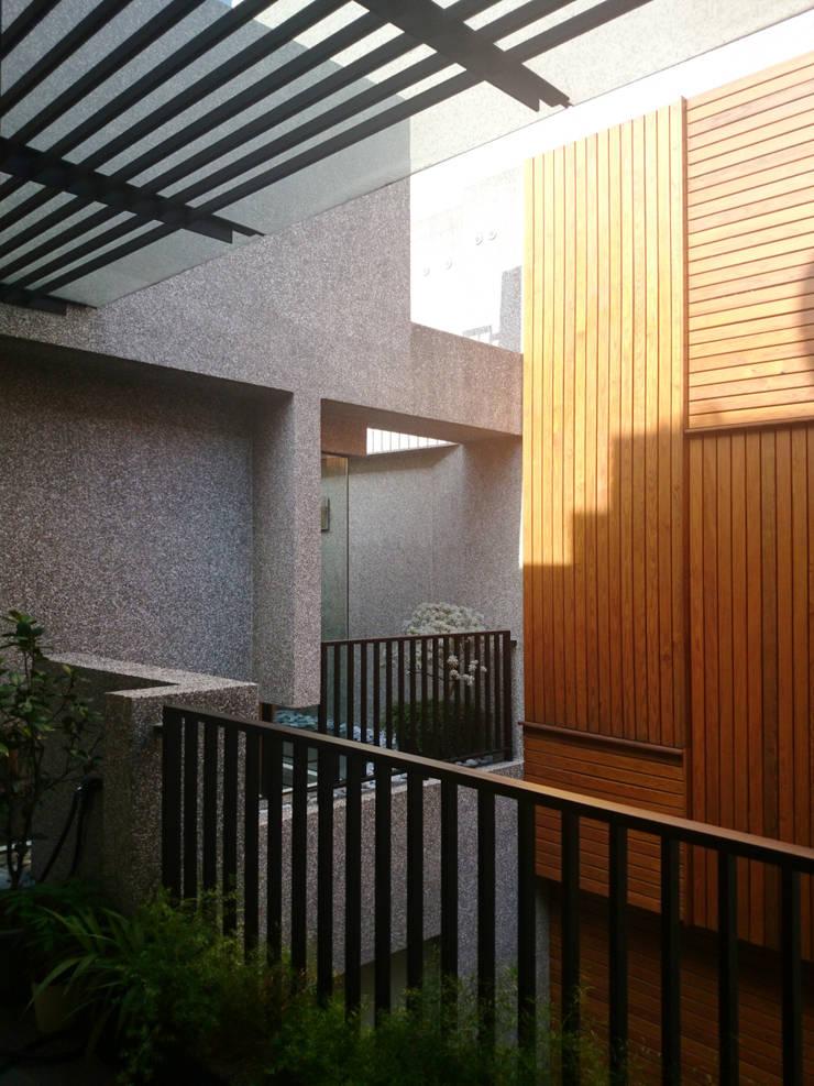 建築設計 五權 CD House:  牆面 by 黃耀德建築師事務所  Adermark Design Studio
