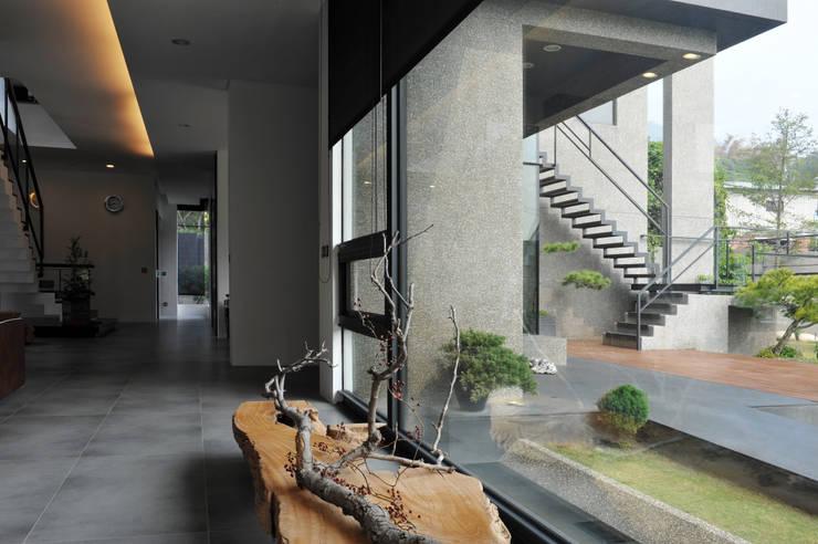 枯之美:  客廳 by 黃耀德建築師事務所  Adermark Design Studio