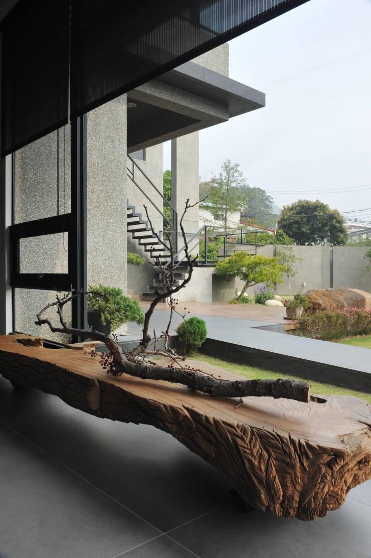 室內設計 豐原 WL House:  客廳 by 黃耀德建築師事務所  Adermark Design Studio