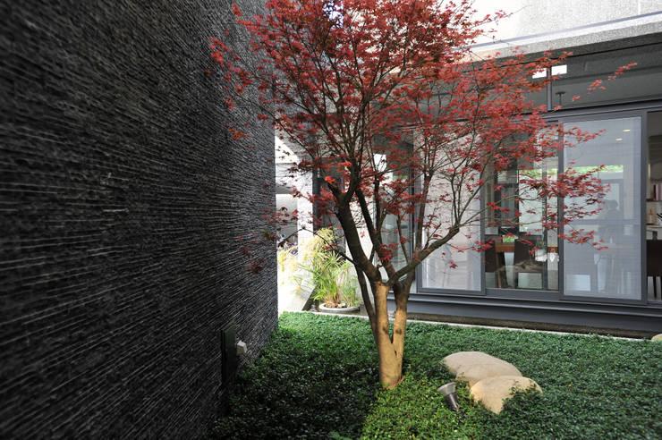 石與樹:  庭院 by 黃耀德建築師事務所  Adermark Design Studio
