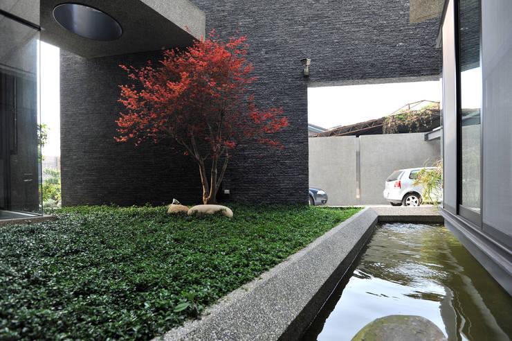 石牆綠草水景+紅槭:  庭院 by 黃耀德建築師事務所  Adermark Design Studio