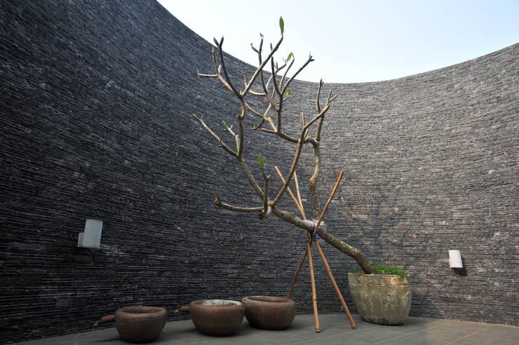 露臺高牆:  露臺 by 黃耀德建築師事務所  Adermark Design Studio
