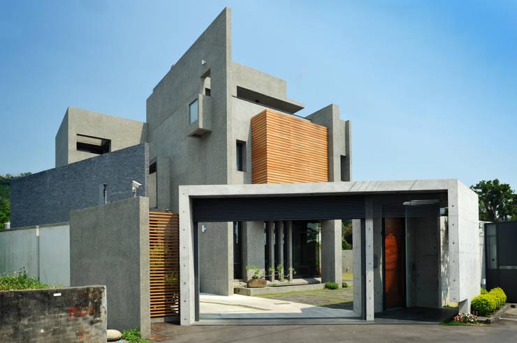 建築物正立面:  別墅 by 黃耀德建築師事務所  Adermark Design Studio
