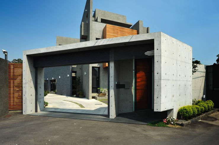 圍牆大門:  別墅 by 黃耀德建築師事務所  Adermark Design Studio
