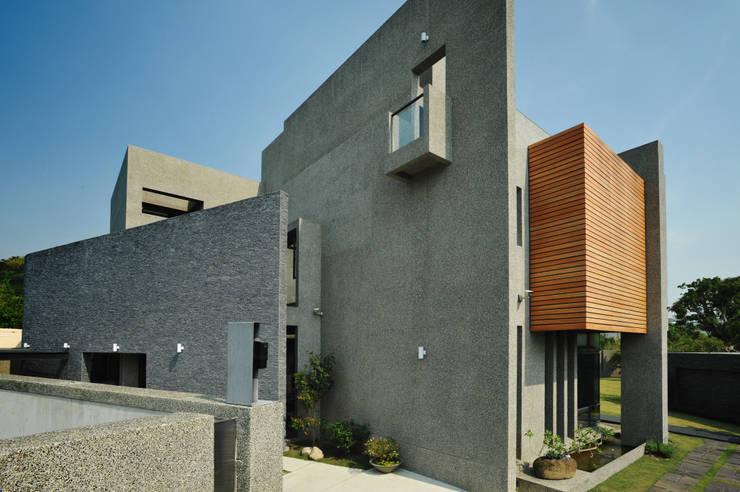 高牆:  房子 by 黃耀德建築師事務所  Adermark Design Studio