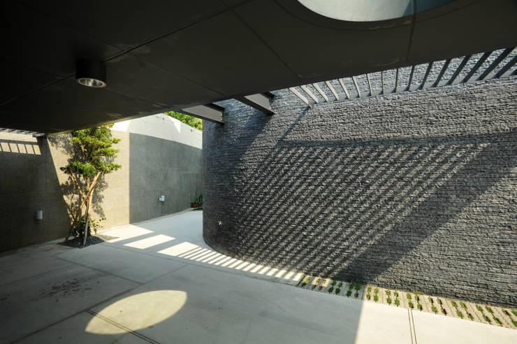 光之棚:  車庫/遮陽棚 by 黃耀德建築師事務所  Adermark Design Studio