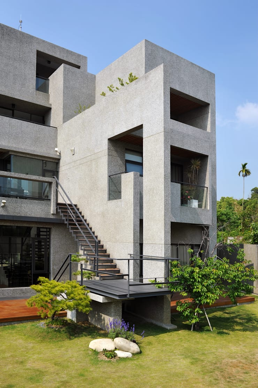 南面外觀:  房子 by 黃耀德建築師事務所  Adermark Design Studio