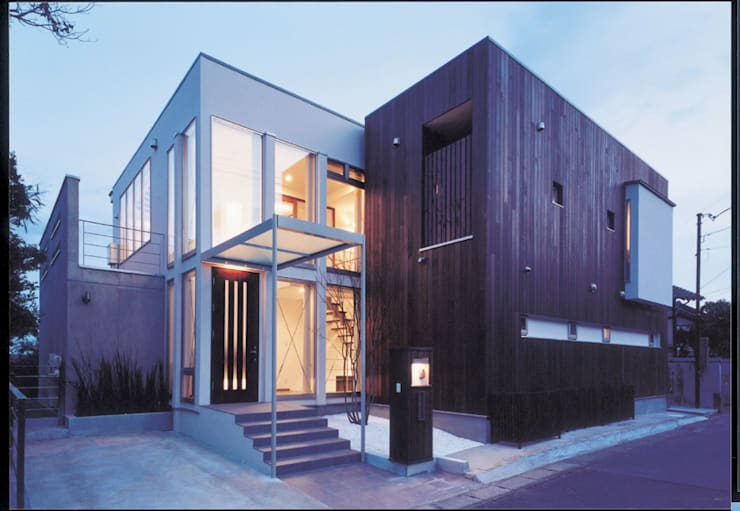 湘南の海を眺望し、本格的なオーディオルームを楽しむ: 豊田空間デザイン室 一級建築士事務所が手掛けた一戸建て住宅です。
