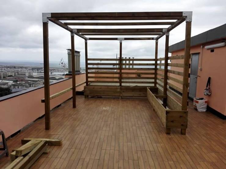 Pergola in legno con travetti ombreggianti e sedute: Giardino in stile  di ONLYWOOD