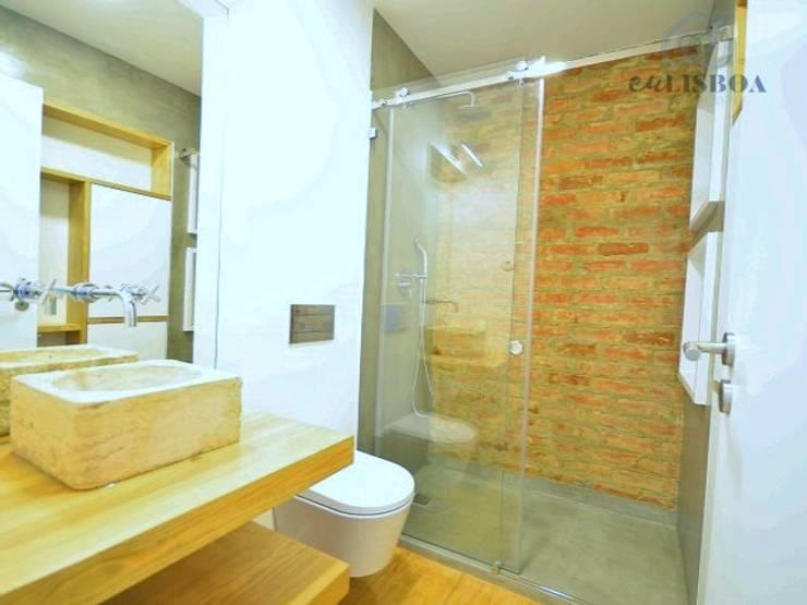Apartamento T2 Lisboa - Penha França: Casas de banho  por EU LISBOA