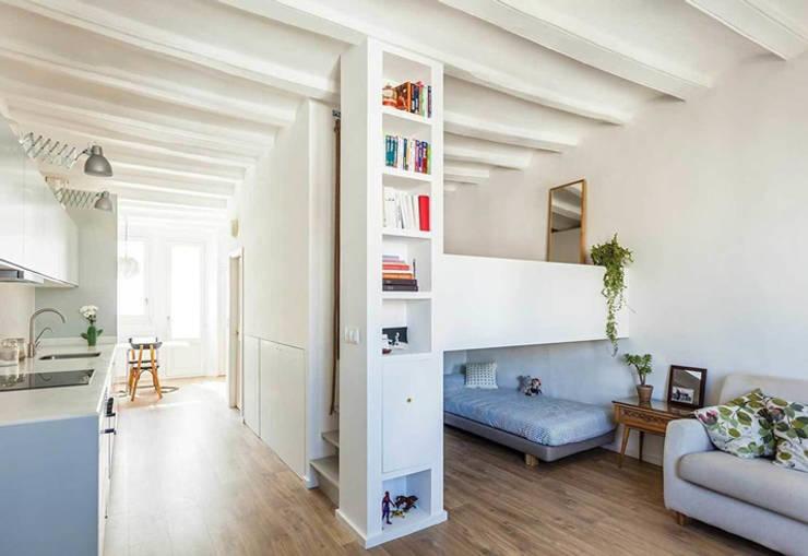 Sala con pasillo a la cocina: Salas de estilo  por Carolina Torres Arzamendi