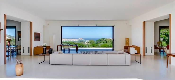 Sala con ventana amplia: Salas de estilo  por Carolina Torres Arzamendi