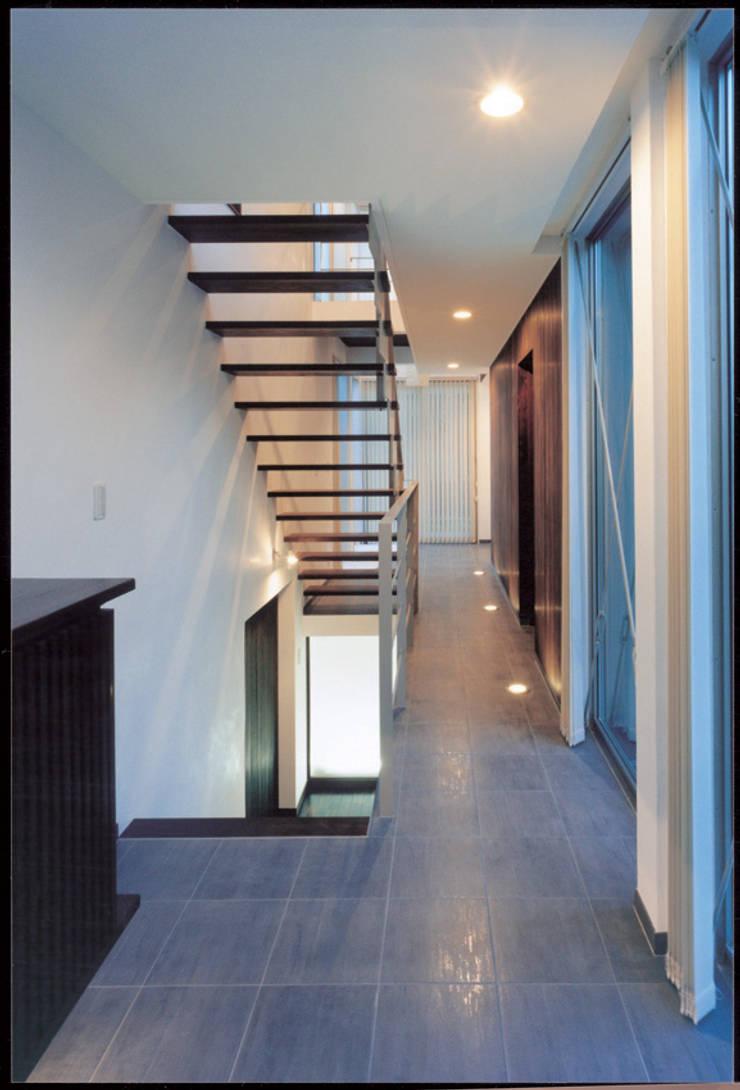 Corridor & hallway by 豊田空間デザイン室 一級建築士事務所, Modern