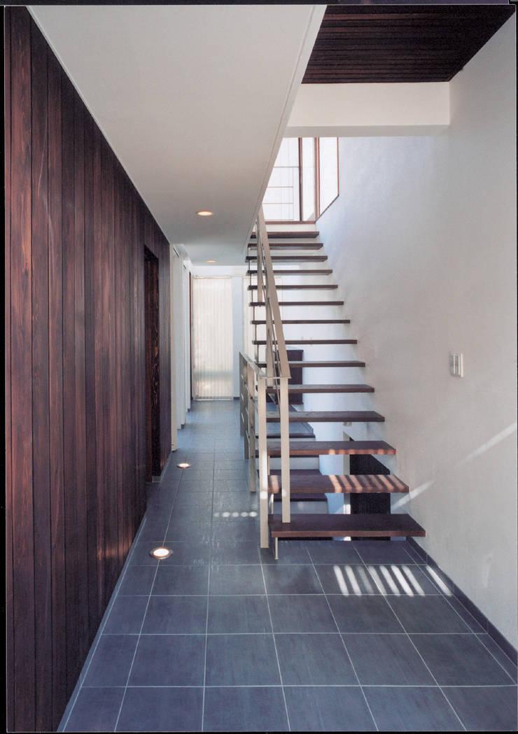 湘南の海を眺望し、本格的なオーディオルームを楽しむ: 豊田空間デザイン室 一級建築士事務所が手掛けた階段です。