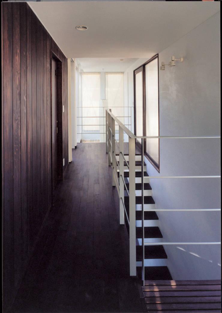湘南の海を眺望し、本格的なオーディオルームを楽しむ: 豊田空間デザイン室 一級建築士事務所が手掛けた廊下 & 玄関です。