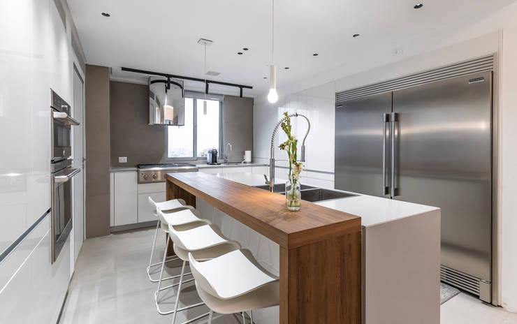 Dapur built in oleh Design Group Latinamerica, Modern