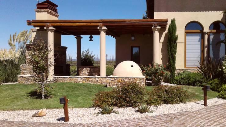 Galería y parrilla: Casas de campo de estilo  por Azcona Vega Arquitectos,