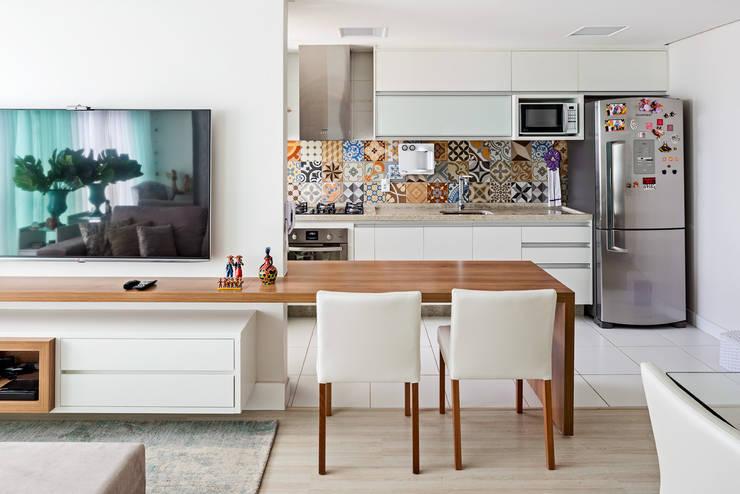 Sala e cozinha integrados: Cozinhas  por Stúdio Ninho