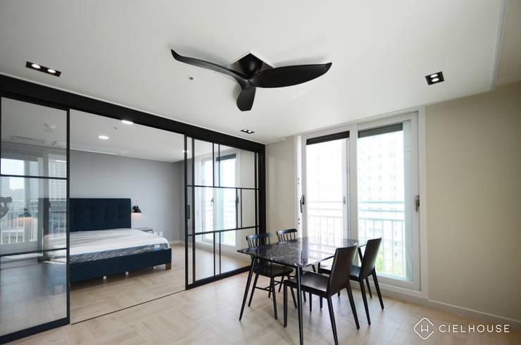 트렌디하면서 고급스러운 모던 클래식한 50평대 아파트인테리어: 씨엘하우스의  침실,클래식