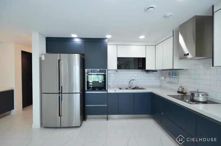 트렌디하면서 고급스러운 모던 클래식한 50평대 아파트인테리어: 씨엘하우스의  빌트인 주방,모던