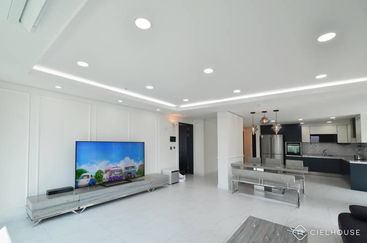 트렌디하면서 고급스러운 모던 클래식한 50평대 아파트인테리어: 씨엘하우스의  거실