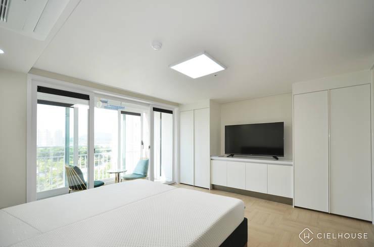 트렌디하면서 고급스러운 모던 클래식한 50평대 아파트인테리어: 씨엘하우스의  침실