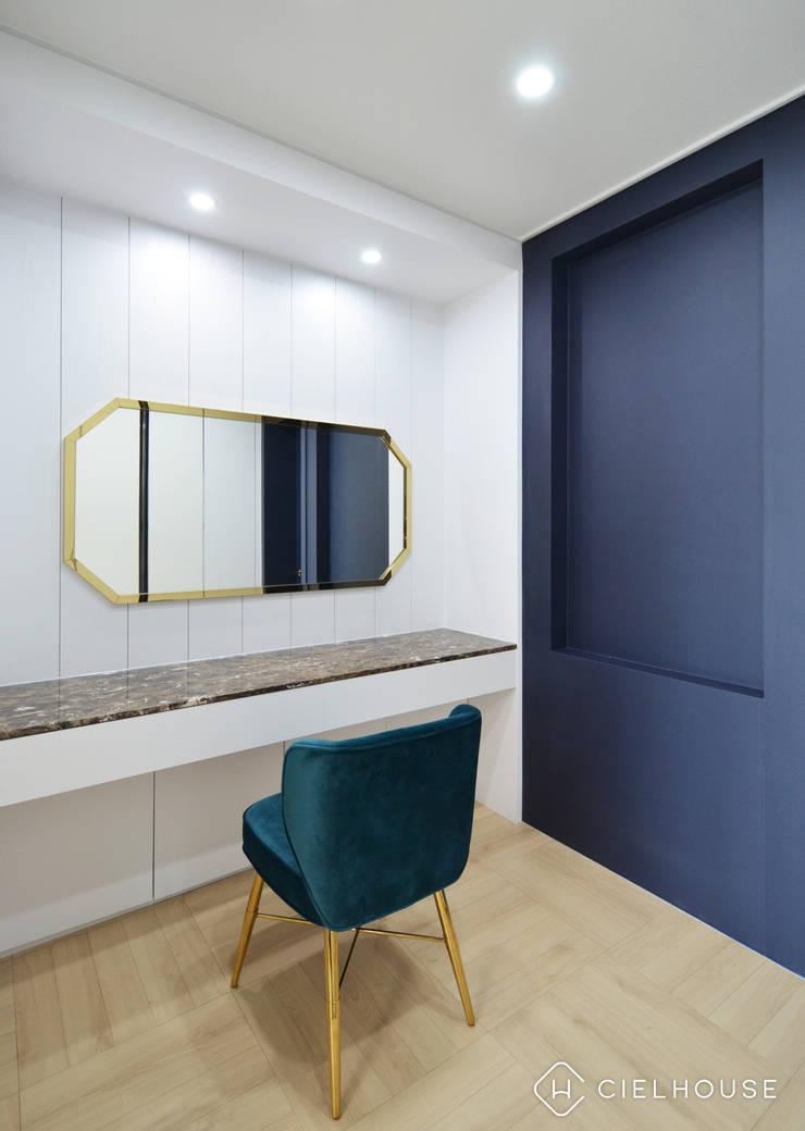 트렌디하면서 고급스러운 모던 클래식한 50평대 아파트인테리어: 씨엘하우스의  드레스 룸