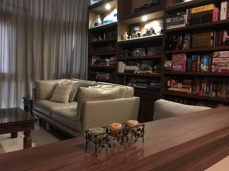Living:  Living room by FINE ART LIVING PTE LTD,