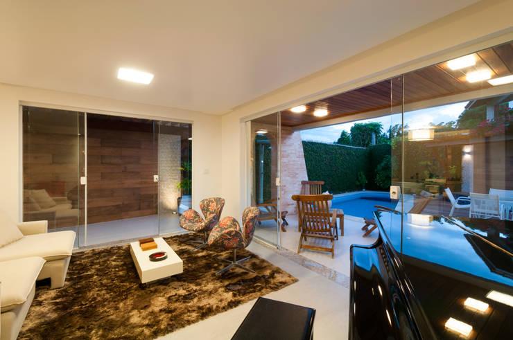 Estar aberto para o lazer: Salas de estar  por Bernal Projetos - Arquitetos em Salvador