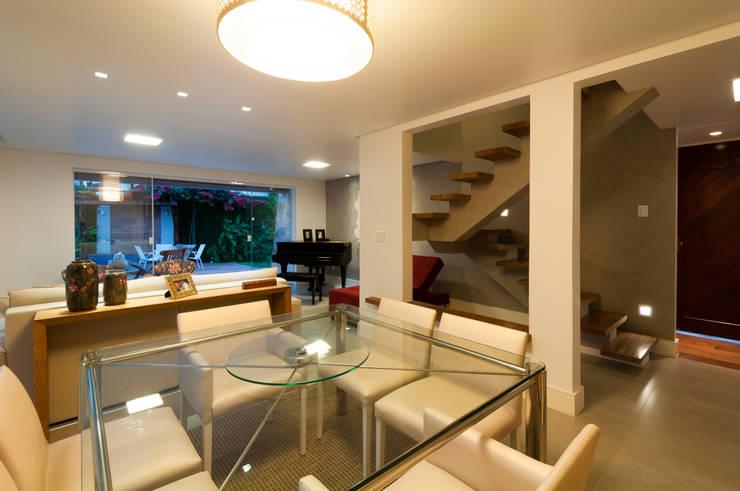 Salas de estar e jantar integradas: Salas de jantar  por Bernal Projetos - Arquitetos em Salvador