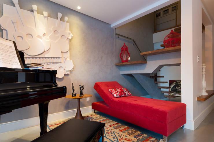Estar aconchegante: Salas de estar  por Bernal Projetos - Arquitetos em Salvador