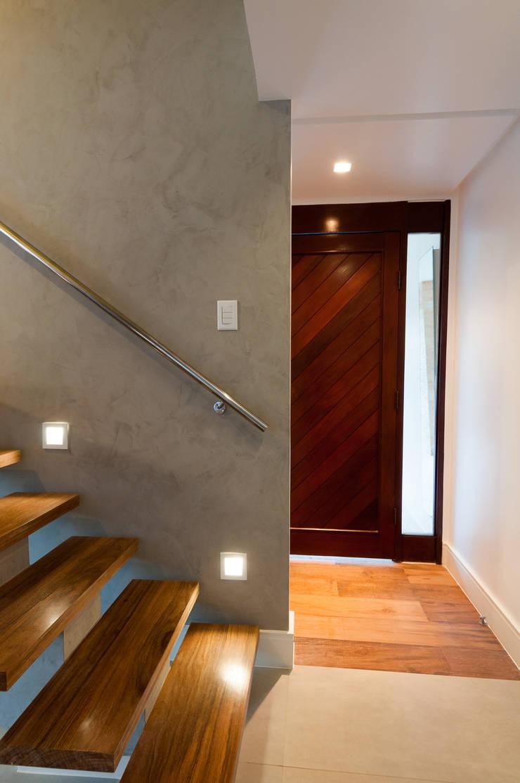 Hall social com piso diferenciado: Corredores e halls de entrada  por Bernal Projetos - Arquitetos em Salvador