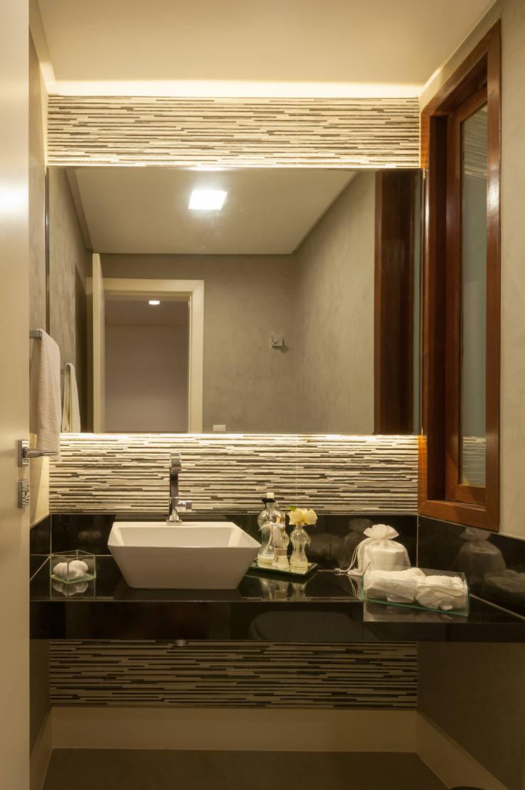 Lavabo repaginado: Banheiros  por Bernal Projetos - Arquitetos em Salvador