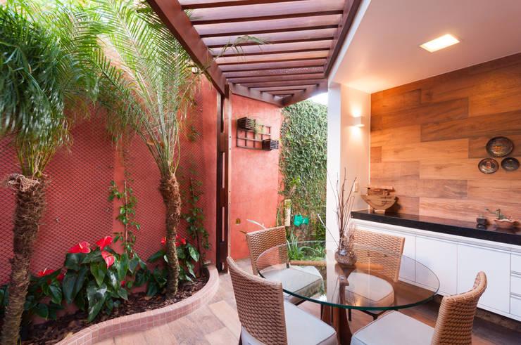 Copa aberta para o jardim: Jardins de inverno  por Bernal Projetos - Arquitetos em Salvador