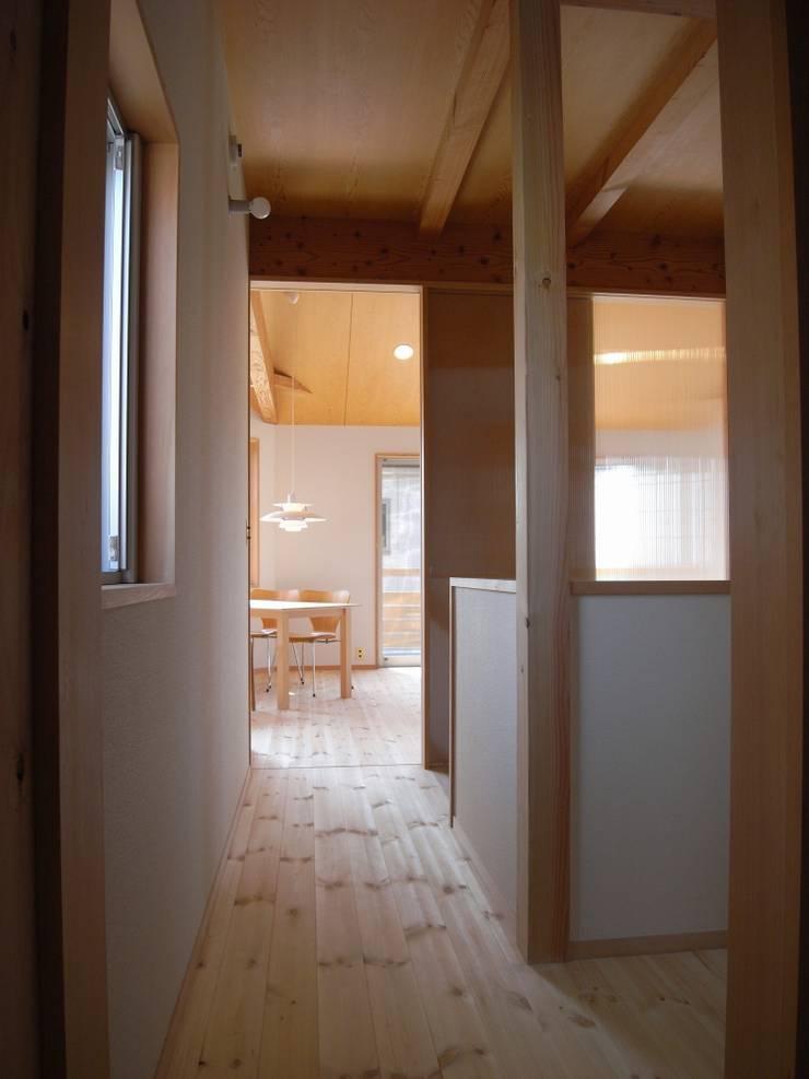 Escaleras de estilo  de 麻生英之建築設計事務所,