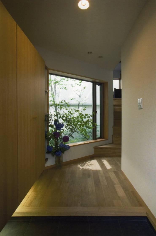 Pasillos y vestíbulos de estilo  de 麻生英之建築設計事務所,