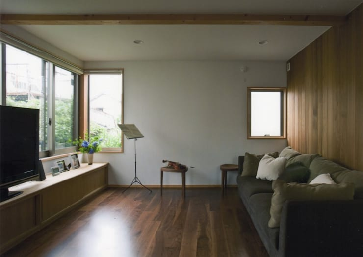 Salones de estilo  de 麻生英之建築設計事務所,