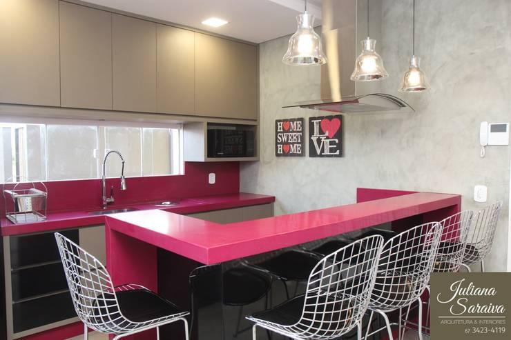 Cozinha Rosa Moderna: Cozinhas modernas por Juliana Saraiva Arquitetura & Interiores