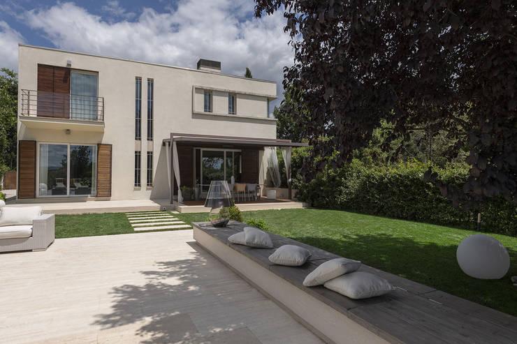 Realizzazione casa moderna con piscina in umbria for Casa moderna rettangolare