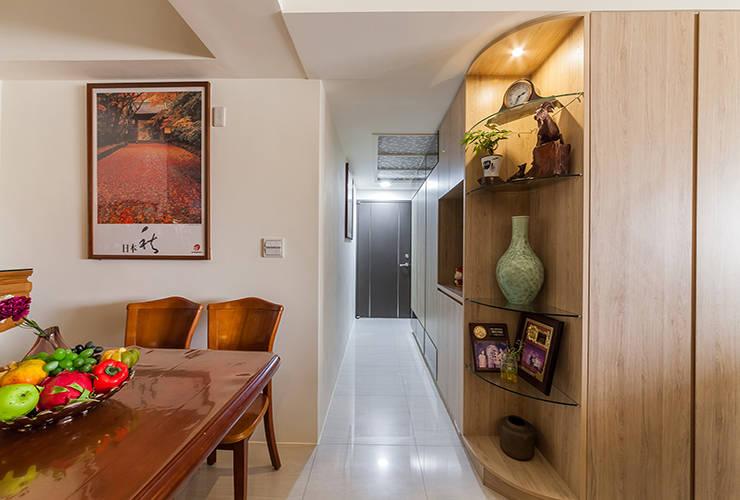 好感演繹 內斂宅:  玄關、走廊與階梯 by 好室佳室內設計